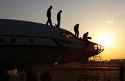 解放军海航部队开着运8上天PK