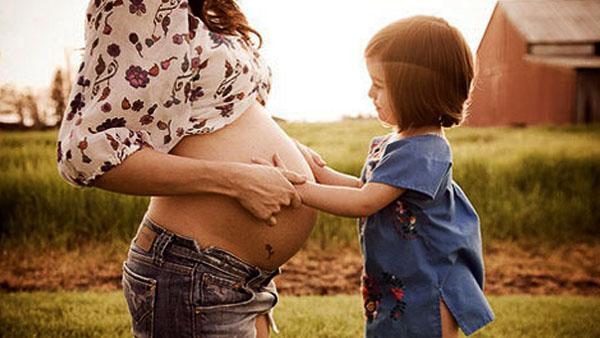 社评:允许生二胎,还需让普通家庭生得起