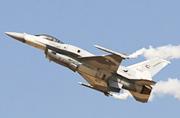 F-16这是要表演个眼镜蛇机动?
