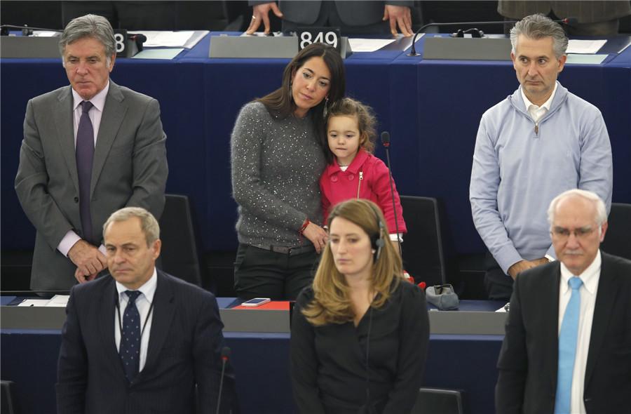意大利议会宝宝初长成:跟妈妈学投票