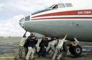俄赴菲救援机被一群美军推走