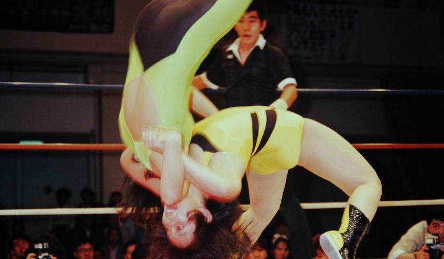 音影先锋裸体摔跤_日本美女摔跤=惨烈肉搏 扯头发挖鼻孔变泼妇
