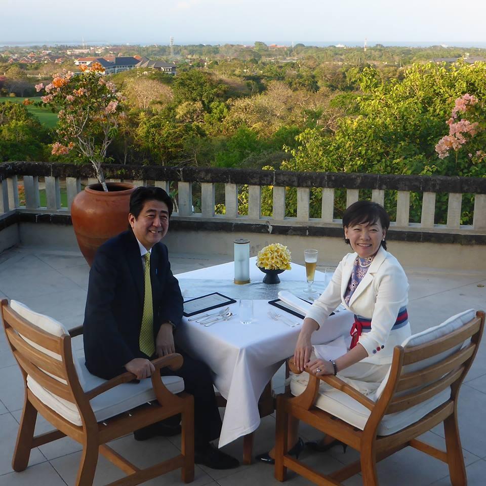 """老婆 安倍/日本首相安倍晋三21日在博客上写道,""""家庭美满的秘诀是向老婆..."""