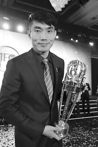 郑智手捧亚洲足球先生奖杯
