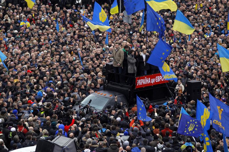 乌克兰亲欧盟示威:抗议者驾推土机闯总统办公厅
