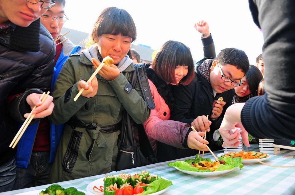 大学开昆虫宴吃光50斤虫子 教授带头吃蛆
