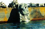 """""""土豪""""泰军退役坦克往海里扔"""