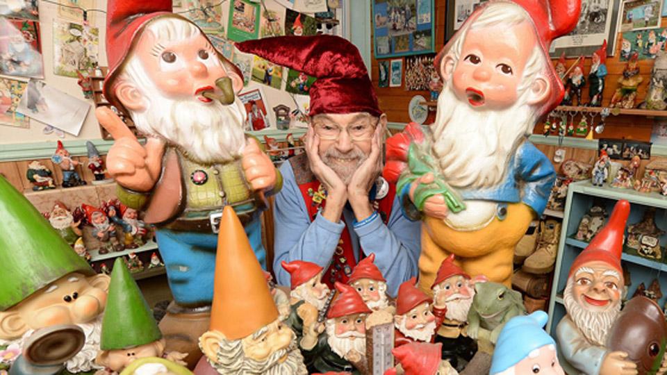 英八旬老翁50年收藏千余玩偶 助力儿童防虐