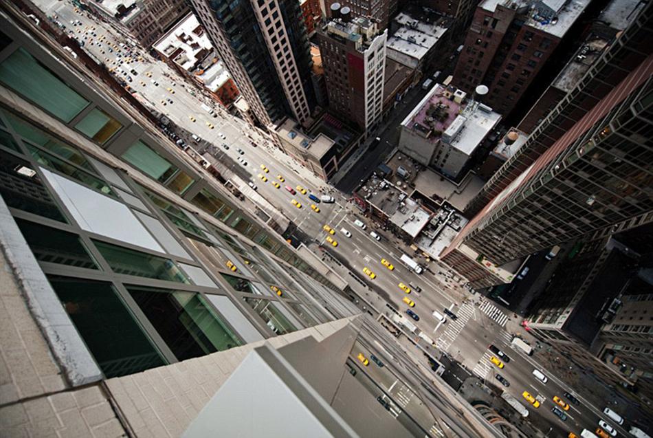 """【环球网综合报道】大多数人初次到大城市都会驻足仰望,惊叹于那些高耸入云的摩天大楼,殊不知从高楼俯瞰城市会有另一番风景。据英国《每日邮报》12月13日报道,近日,一名叫纳韦德·巴拉泰的摄影师在美国纽约和日本东京的高楼上拍下一系列令人叹为观止的街景照片,这些照片体现了繁华都市浓厚的生活气息和井然有序的生活节奏。   摄影师纳韦德认为从城市高处拍摄更有意思,于是在最近主题为""""十字路口""""的拍摄活动中把目标锁定在了纽约和东京。纳韦德对城市博客网站Gothamist相关人员称"""