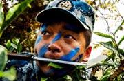 中国空军战士也涂上伪装油彩