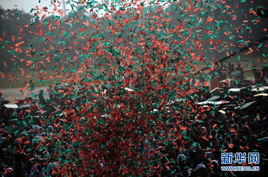 孟加拉国/孟加拉国庆祝胜利日众人试图拼建全球最大国旗(2/4)