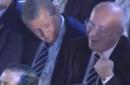 英足总主席割喉动作引争议 回应:这只是个玩笑