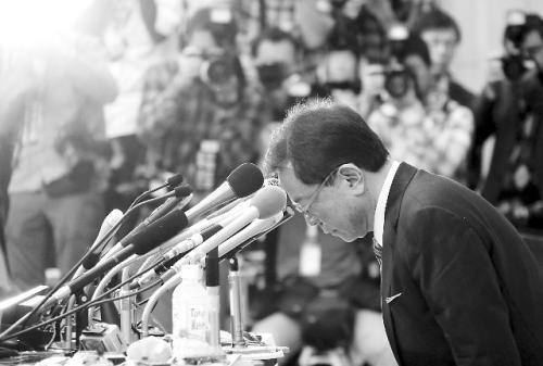 19日,猪濑直树在新闻发布会上辞职并鞠躬道歉