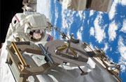宇航员过年加班维修国际空间站
