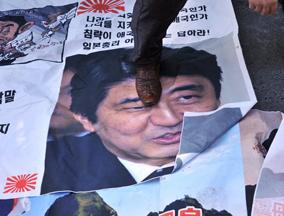 """韩国民众抗议安倍""""拜鬼"""""""