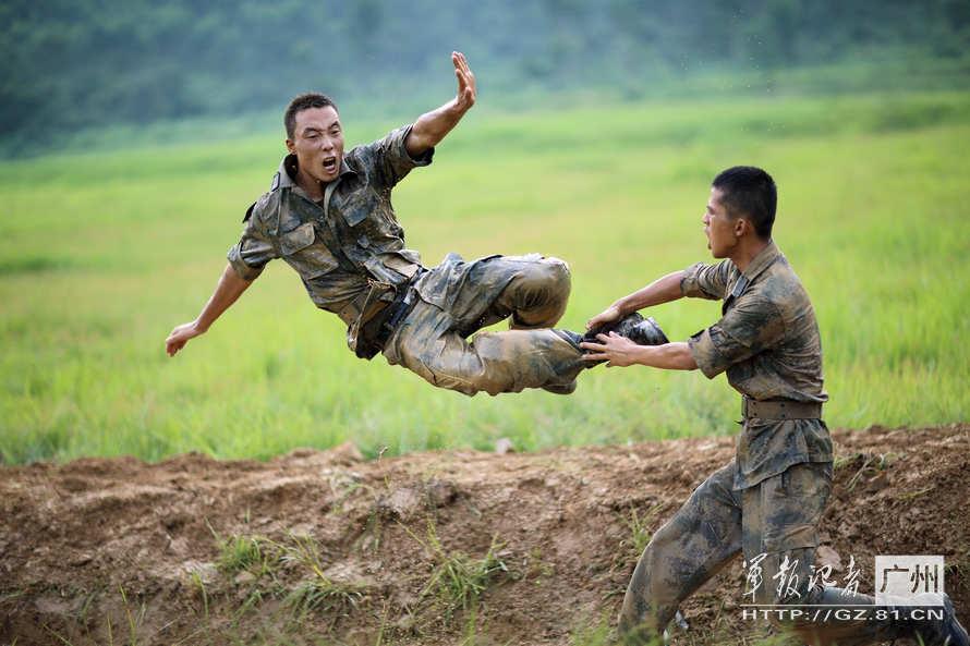 广州军区/解放军62式坦克群冲锋震撼场面(4/7)