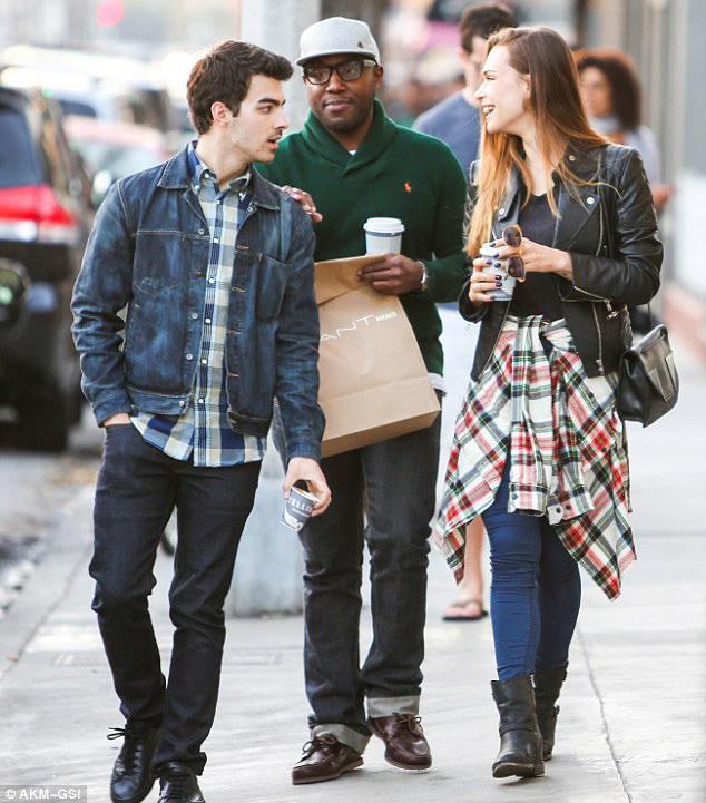 乔·乔纳斯一改高调作风 与女友街边散步晒幸