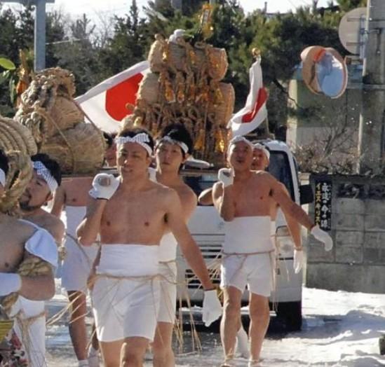 """日本青森举行""""赤身参拜节""""完成迎接新年的准备"""