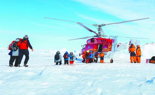 中国直升机完成极地营救 被救乘客激动表感谢