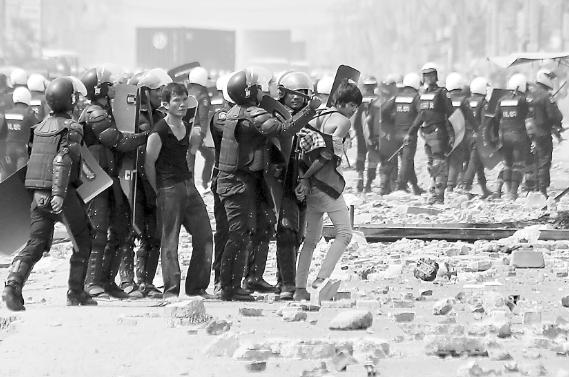 """柬埔寨工人使用弹弓石块与警察在街头""""激战"""""""