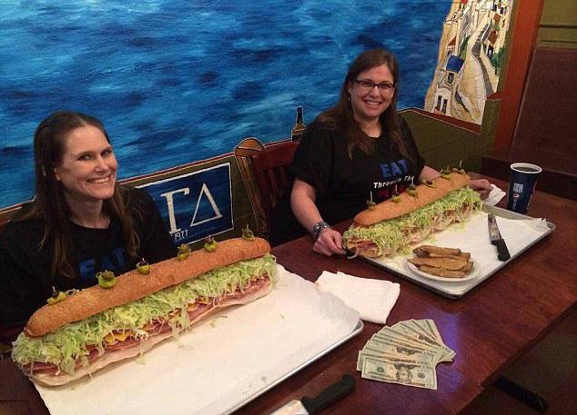 美女大胃王1小时吞11斤三明治