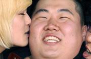 韩国新兵入伍漂亮女友亲脸告别