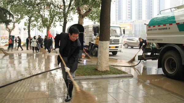 社评:领导扫大街,舆论为何迎头浇冷水