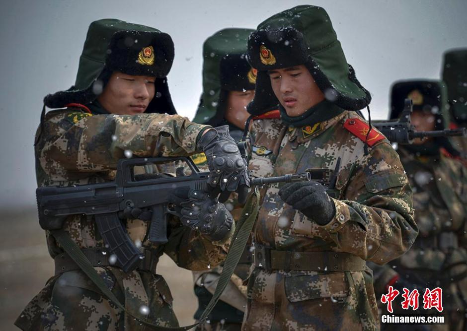 戈壁进行技战术训练.据介绍,该机动部队在野外进行了战术基础动图片