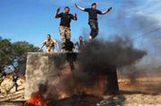 巴勒斯坦学生军训爬铁网跳火坑