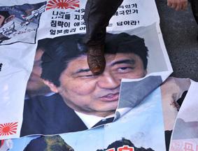 韩国民众在日本大使馆外强烈抗议