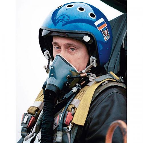 2000年3月, 普京驾驶苏—27 战斗机飞往车臣 地区视察,鼓舞 战斗士气。