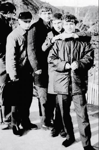 1969 年,普京(左二)和他的伙伴们