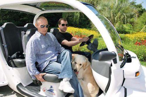 2009 年 8 月 14日,梅德韦杰 夫(右)和普京在 索契举行工作会 议。工作之余,梅 德韦杰夫客串普京 的司机。