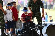 泰国熊孩子把装甲车当成玩具