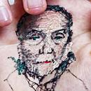 艺术家手掌上缝制亲友肖像