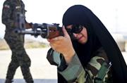 伊朗彪悍女民兵学习打AK-47