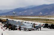 解放军高原机场多种战机成群