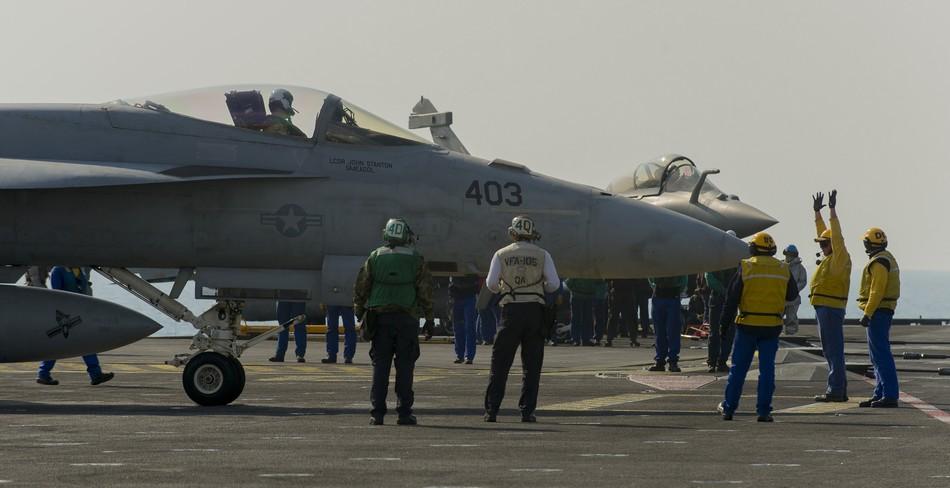Rafale y Super Hornet intercambian portaviones en ejercicios 20140117103117614