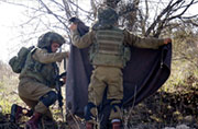 以色列士兵把自家间谍装置拆掉