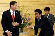 """安倍""""屈身""""会见美国参议员"""