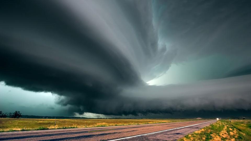 """国和加拿大中部的""""龙卷风之路"""".每年春夏季,地球上最令人叹为"""