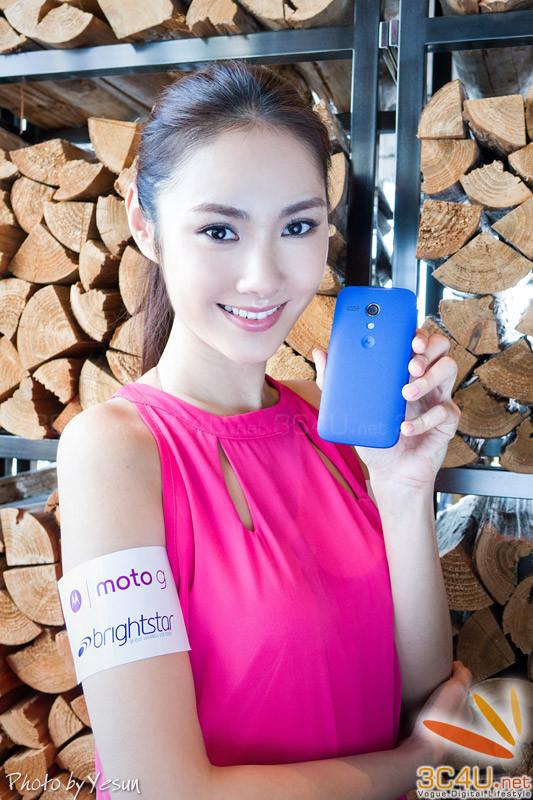 清新性感美女展示多彩Moto G 科技
