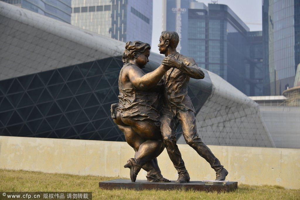 """2014年1月27日,一场别开生面的展览于春节前在广州花城广场拉开帷幕,此次展出的《肥女人》系列雕塑作品,是现为广州雕塑院院长、国家一级美术师、广东省美术家协会理事许鸿飞的得意作品。多年来,许鸿飞坚持以""""肥女""""为符号,创作了一批生活化、幽默诙谐、阳光向上的""""肥女""""雕塑,她们身上融合了普通平民和小人物身上的朴实、憨痴、乐观,深受艺术评论家和群众的喜爱。 通过此次展览,使节日的广州花城广场外洋溢着浓郁的艺术气氛,为观众献上了一场视觉盛宴。 版权声明:CFP供"""