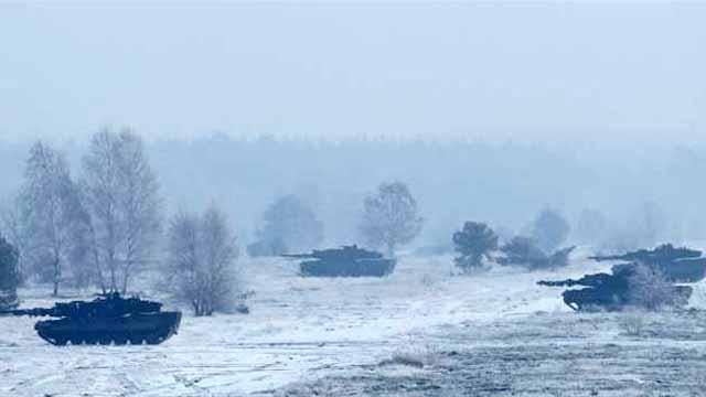 德国女防长雪原中观看德军军演
