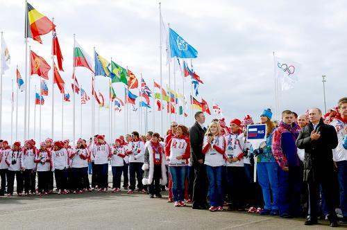 第22届冬奥会将于今晚在俄罗斯索契开幕。图为俄总统普京5日来到索契海滨奥运村视察。