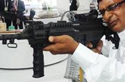 防务展上印度国产时髦步枪叫卖