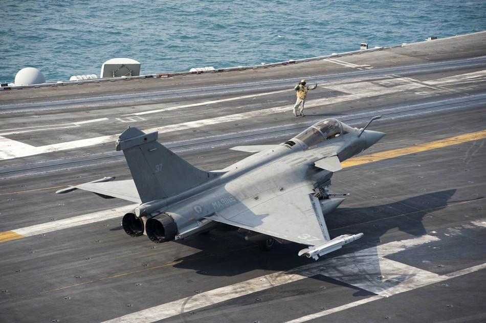 Rafale y Super Hornet intercambian portaviones en ejercicios 20140213094022853