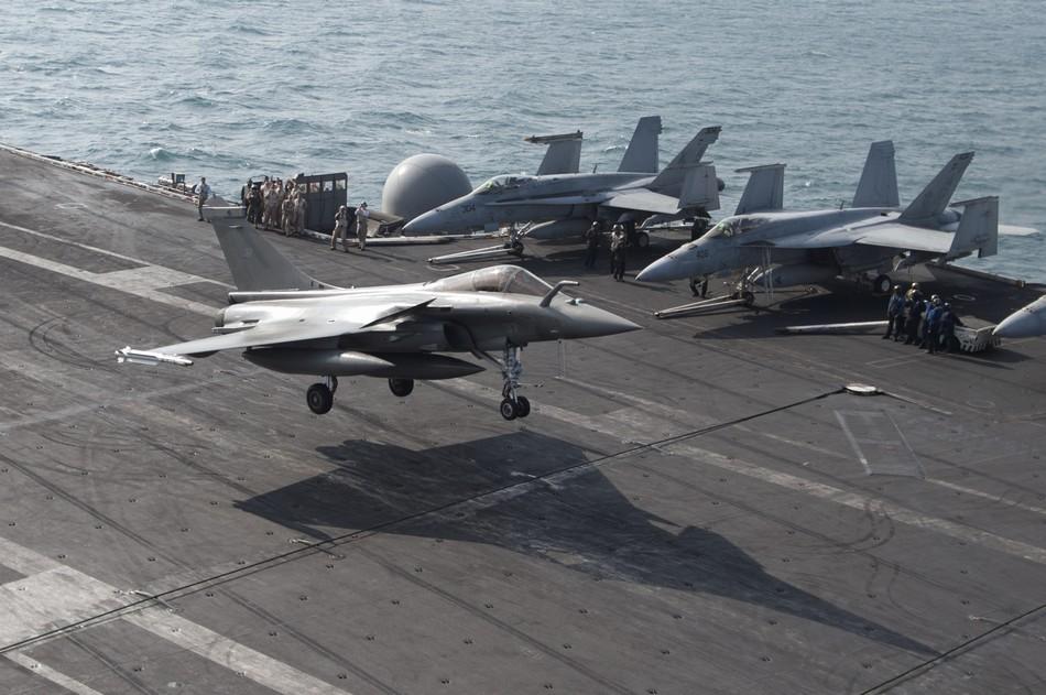 Rafale y Super Hornet intercambian portaviones en ejercicios 20140213094028291