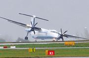 英国大风把机场飞机都给吹歪了