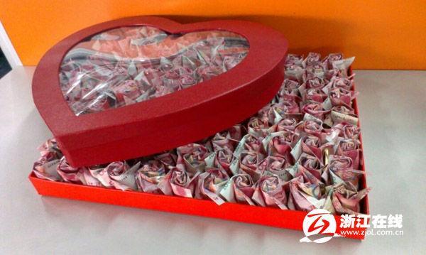 今年春节,杭州小伙小陈也遭遇了丈母娘刁难,不过为了抱得美人归,他拿出了工作五年的积蓄总共近20万,折成999朵纸玫瑰,打算以此向女友求婚。>>> [page] 武汉一200米道路设12个减速带 车子蹦着跑